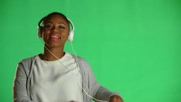 ویدیو فوتیج زن جوان هدفون در گوش
