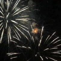 ویدیو فوتیج آتش بازی های رنگارنگ در آسمان شب