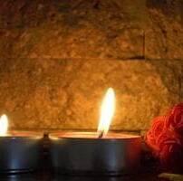ویدیو فوتیج سوختن شمع کنار گل سرخ
