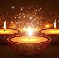 ویدیو فوتیج شعله شمع با پس زمینه گرم بوکه در معبد هندی