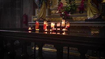 ویدیو فوتیج شمع ها و مجسمه ها در کلیسای جامع متروپولیتن