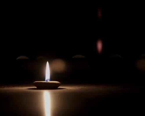 ویدیو فوتیج چراغ شعله روی پایه شمع سفالی کوچک
