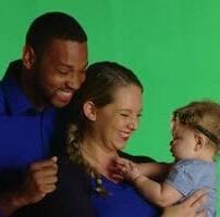 ویدیو فوتیج پرده سبز ژست مادر پدر و نوزاد در استودیو